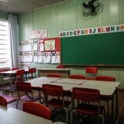 As crianças já utilizam classes e cadeiras novas, destinadas para a escola no final de 2016