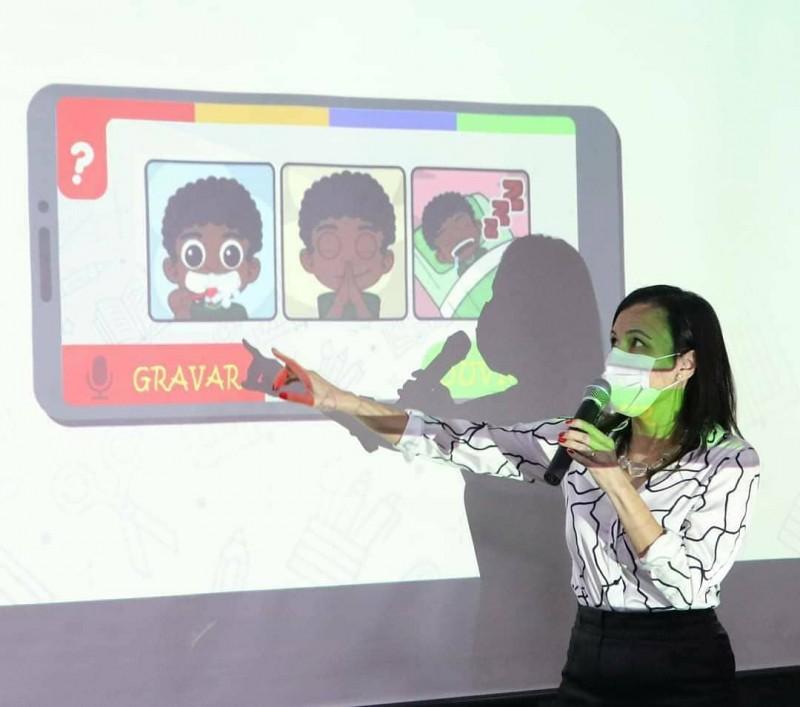 A professora Claudia Farias, da Escola Técnica Irmão Pedro, coordenou o processo de construção do design do aplicativo